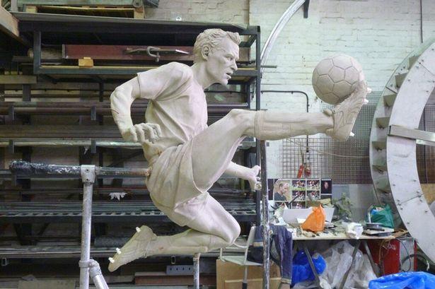 Bergkamp statue